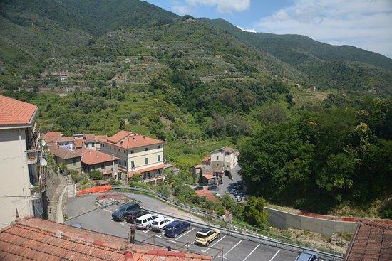 Ceriana, Italy: Desde la ventana se observa parte del pueblo y las montañas.