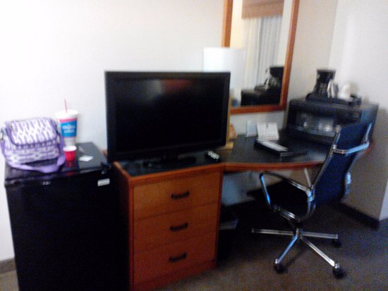 Sleep Inn & Suites: Ref, Microwave, Desk, TV. Was small for a suite.