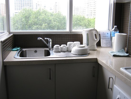 Hyde Park Inn : A clean, well-lit and well equipped kitchen with view of the park