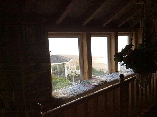 Waldport, Oregón: Hallways and mezzanine area to sit