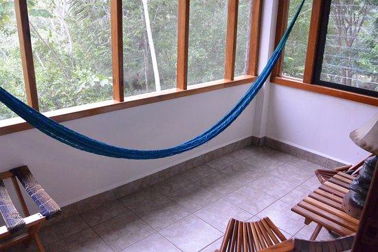Mariposa Jungle Lodge: Screened in patio