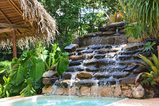 Mariposa Jungle Lodge: Waterfall into pool