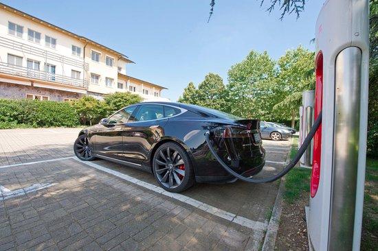 UNA Golf Hotel Cavaglià: Tesla Supercharger