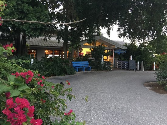 Placida, FL: Entranceway to Fishery Restaurant on an October evening