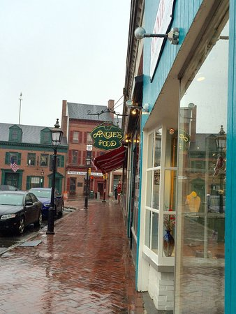 Newburyport, MA: Just a few more steps and out of the rain. Hot soup at Angie's