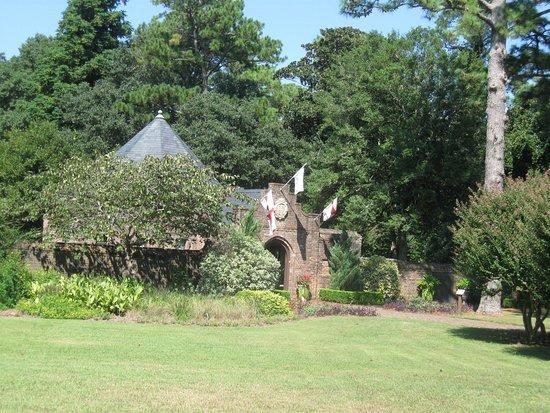 Manteo, NC: Entrance to the gardens.
