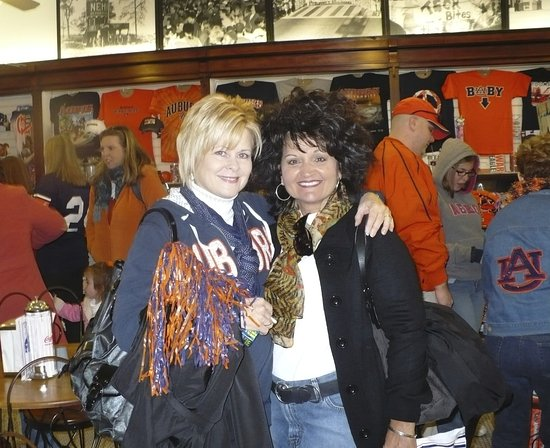 Оберн, Алабама: Auburn roommates from years past, shopping at Toomer's before the game