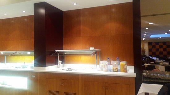 Hotel Catalonia Brussels: Desde tostadas comunes , pan tumaca, factura belga hasta huevos revueltos