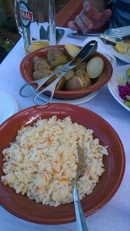 Boaventura, Portugal: Sautierte Kartoffeln mit Kräutern und Butterreis