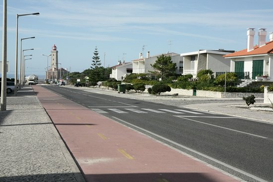 Marinha Grande, Португалия: L'avenida do farol.
