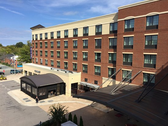 Carrboro, NC: View of the hotel from the parking