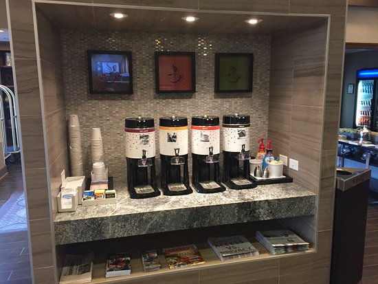 Carrboro, Βόρεια Καρολίνα: Coffee station in the lobby