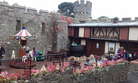 Watermouth Family Theme Park & Castle: Lovely little courtyard, animatronics in the windows