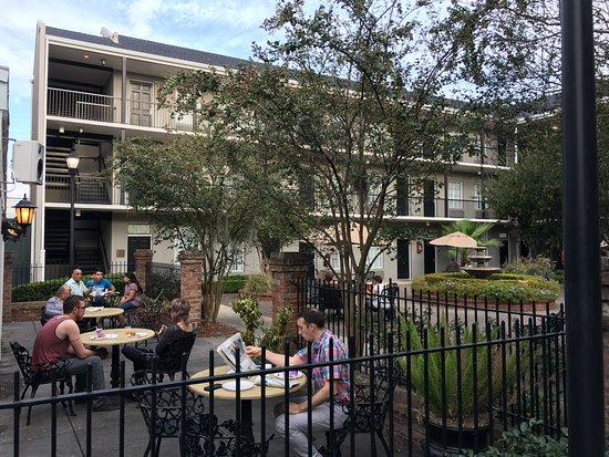 Quality Inn & Suites Maison St. Charles: breakfast can be taken to the outside courtyard to enjoy