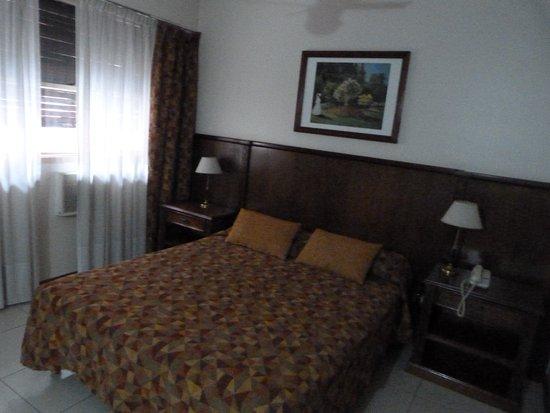 Liberty Hotel: cama do casal bem confortável e apartamento bem grande para circular
