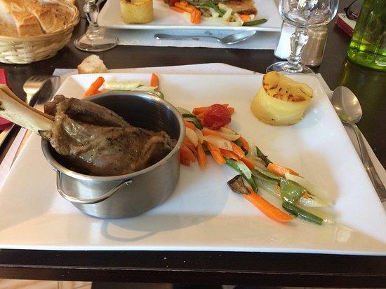 Lagardelle-sur-Leze, France: Jarret d'agneau, sauce un peu liquide mais bon.