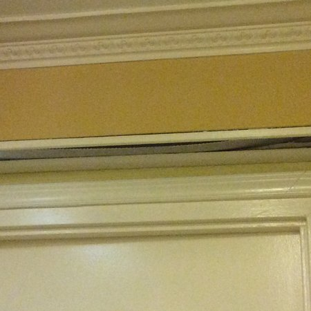 Days Inn And Suites Downtown Gatlinburg Parkway: Light above door not working. Poor to no lighting in lobby.