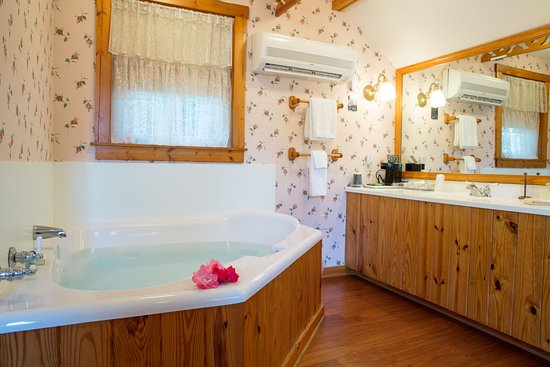 Sandaway Waterfront Lodging Suites and Beach: Sandaway's cottage suite has a soaking tub for 2