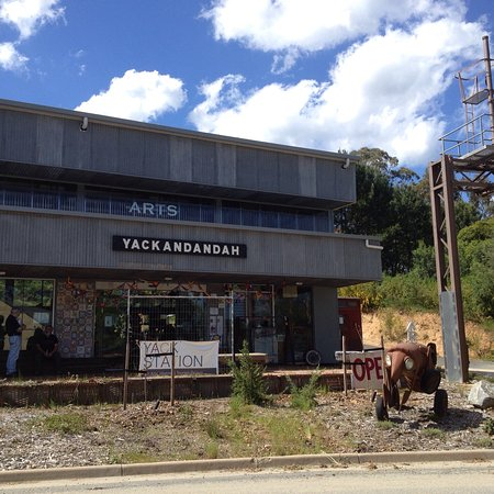 Yackandandah, Австралия: Yack Station Arts Hub - former railway station site with innovative building accommodating local