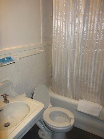 Leo House: Bathroom