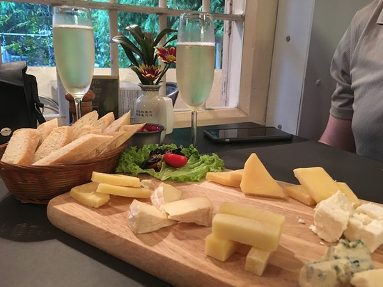 That Little Wine Bar: cheese, baguette and prosecco