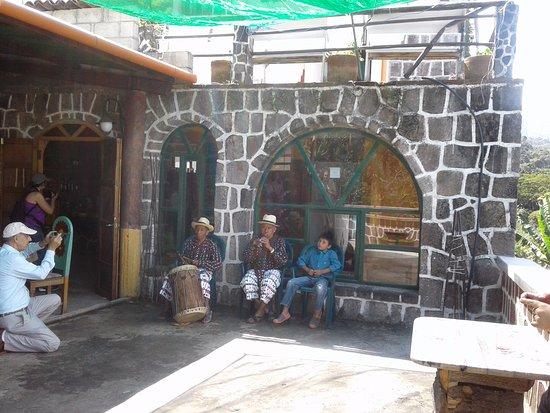 Eco Hotel Uxlabil Atitlan: Al son del tambor y la chirimilla