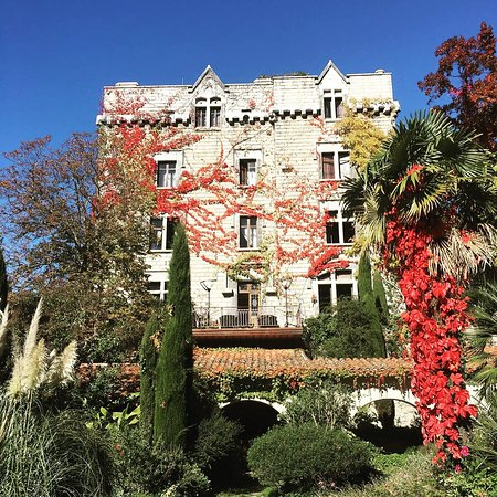 Le Chateau de Riell: Très beau château  Paysage incomparable ,lumineux Ou l espace infini vous assure un repos except