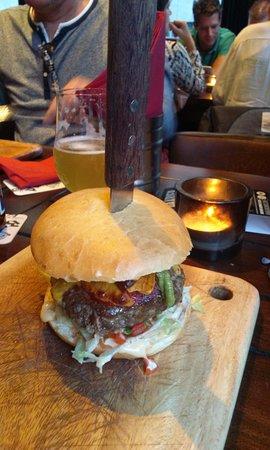 Geliefde burger en bier - Foto van The Dog's Bollocks, Groningen - TripAdvisor #OV12