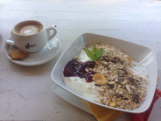 Kafka Cafe: Musli & yoghurt