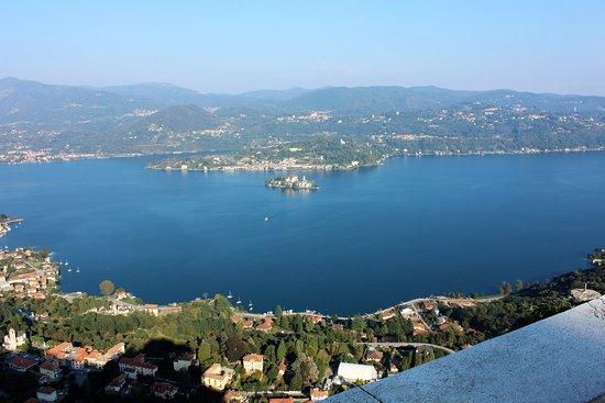 Madonna del Sasso, Italia: Uitzicht op het meer van Orta en het eiland