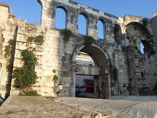 Kastel Novi, Croazia: Split oude stadsmuur mooie stad en winkeltjes en restaurants en Haven