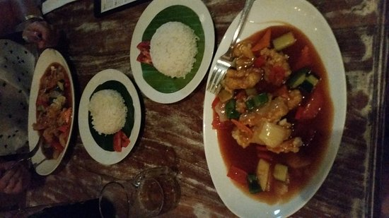 Bali, Nigeria: Mega smaczne owoce morza podane oczywiście  ryżem w towarzystwie warzyw i lekko ostrym sosie. Ba