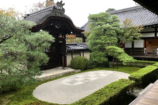 https://media-cdn.tripadvisor.com/media/photo-s/0d/76/e0/cc/eikando-zenrin-ji-temple.jpg