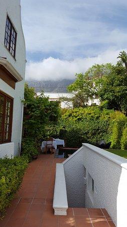 Hinter Dem Haus sicht auf den tafelberg hinter dem haus mit tischdecke nebel