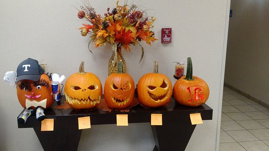 Powell, TN: Staffers pumpkin contest! This hotel is awesome!