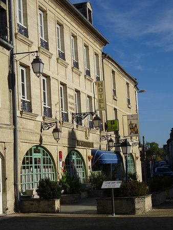 Creully, France : La façade de l'hôtel