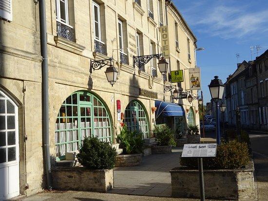 Creully, France : La façade