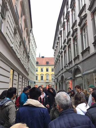 Munich Walk Tours: Engrossed listeners listening to Timo.