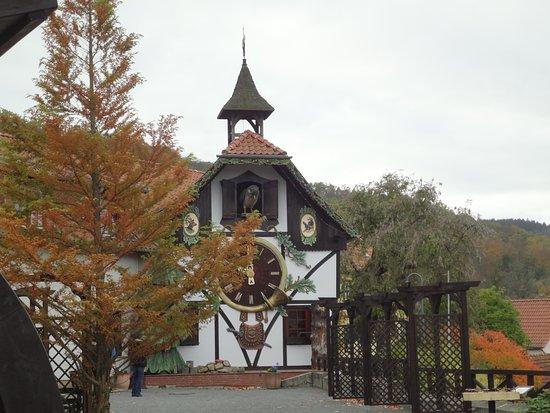 Gernrode, Deutschland: Der erste Blick auf die große funktionierende Kuckucksuhr