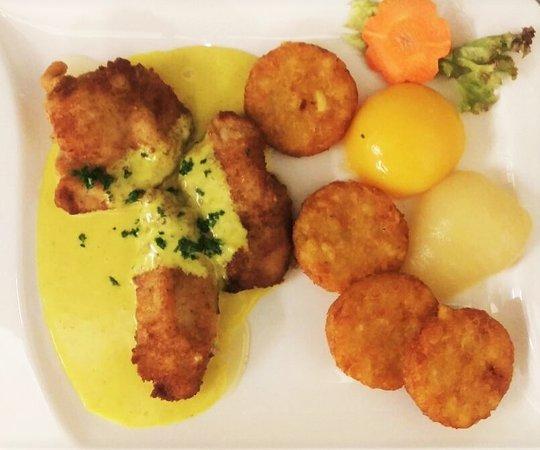 Wadersloh, Almanya: Haehnchenschnitzel mit Curryrahmsauce, heißem Obst und Rösties