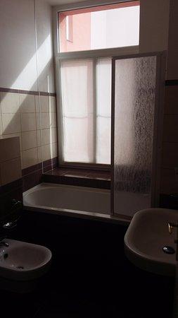 Hotel Europa: Зато ванная комната с биде и окном)