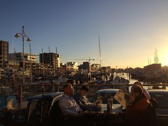Restaurant de Dagvisser: Schöne Atmosphäre auf der Terrasse im Sonnenuntergang