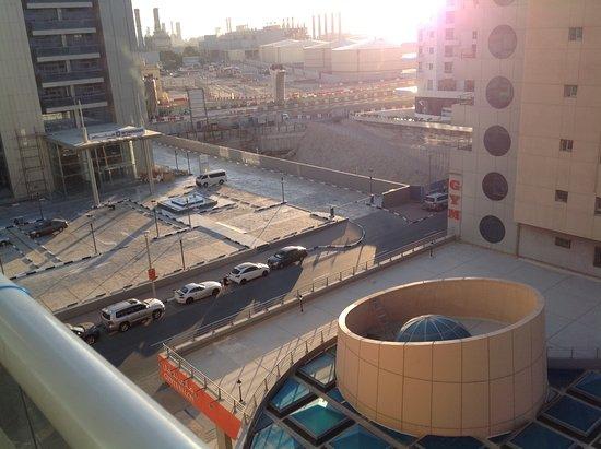 Pearl Marina Hotel Apartments: Стройка и промзона