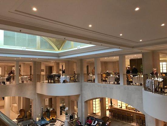 Frühstück auf der Bel Etage Bild von Hotel Adlon