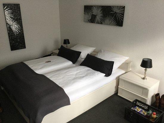 Fachbach, Alemania: Slaapkammer van hotel.