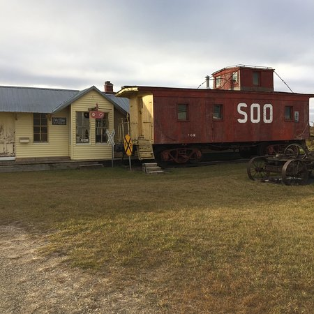Napoleon, Северная Дакота: A Soo Line rail car and depot at the Logan County Museum.