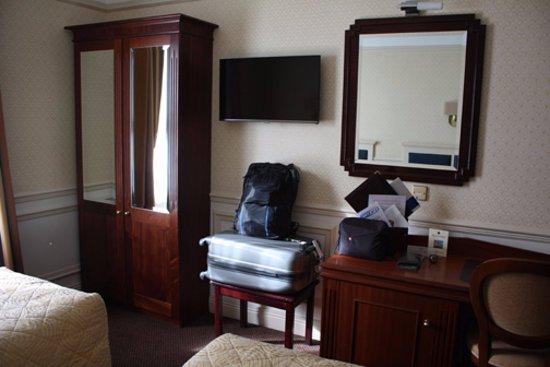 Wynn's Hotel: Room 394 - wardrobe and desk