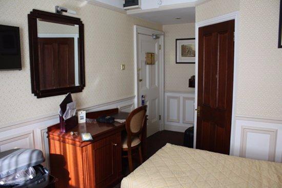 Wynn's Hotel: Room 394 - entry and bathroom door