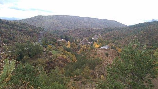 Santa Cruz de la Seros: Panorámica delp pueblo subiendo al Monasterio San Juan Peña