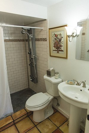 Granville, OH: Spa shower in the Carriage House Suite
